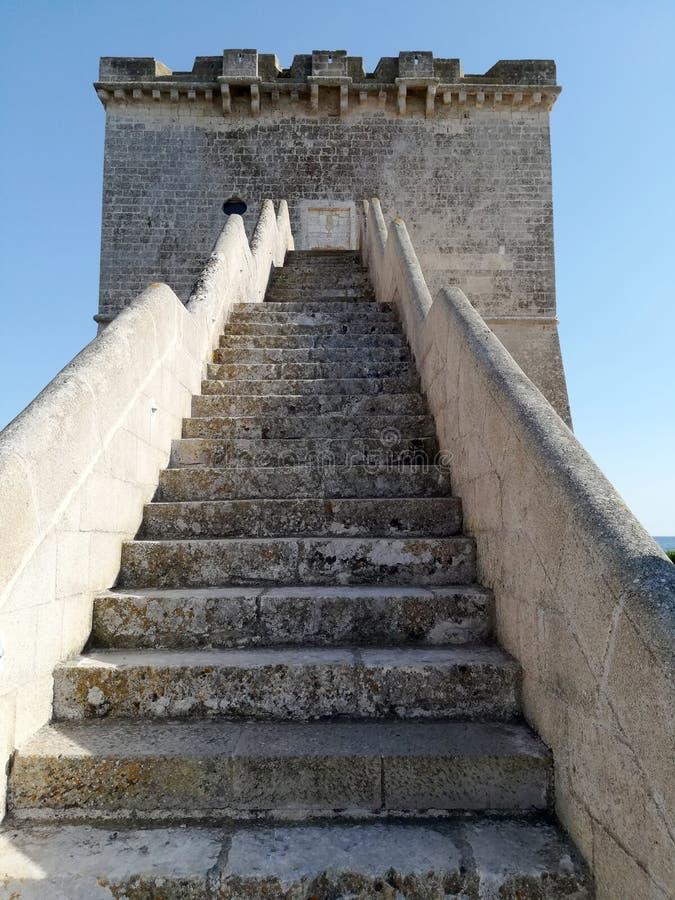 Ingangstrap aan Torre Lapillo dichtbij Porto Cesareo in Salento Italië stock foto's