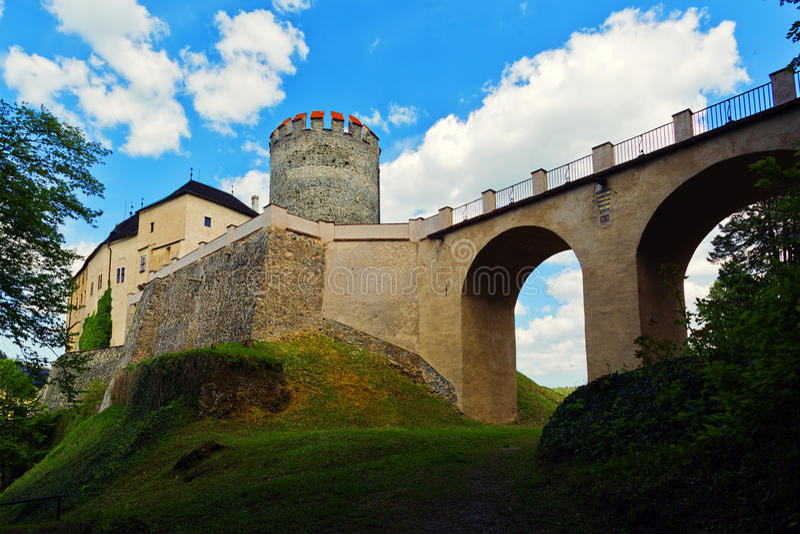Ingangsvestingwerk van het kasteel van Cesky Sternberk - brug en poort stock afbeeldingen