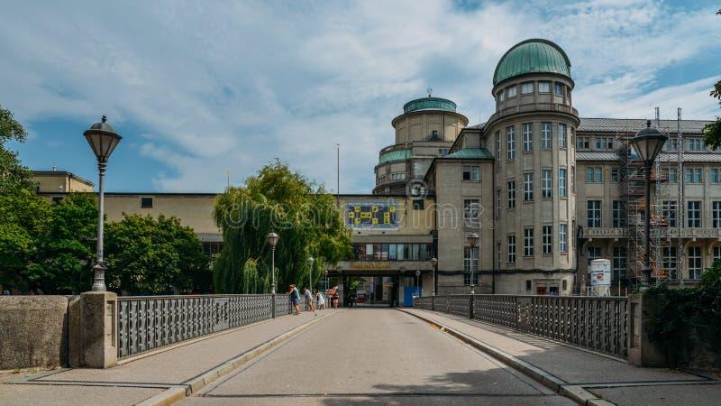 Ingangsvoorgevel aan het Duitse Museum, Deutsches-Museum, in München, Duitsland, het wereld` s grootste museum van wetenschap en stock foto's