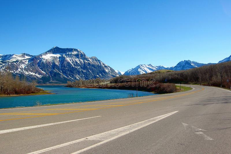 Ingangsweg aan Waterton-Meren Nationaal Park, Alberta stock foto's