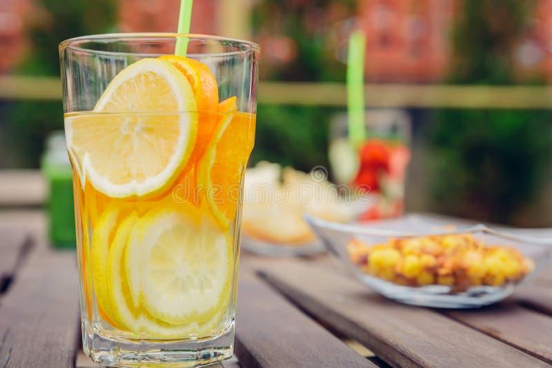 Ingav fruktvattencoctailar och grön grönsak royaltyfri fotografi