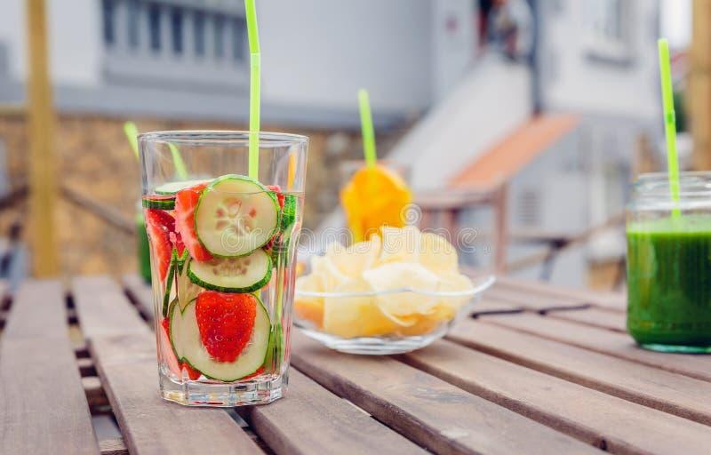 Ingav fruktvattencoctailar och grön grönsak arkivfoto