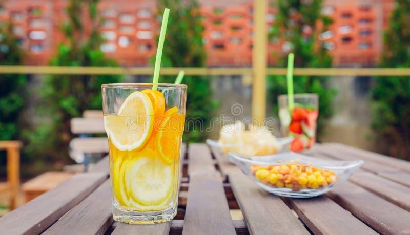 Ingav fruktvattencoctailar och grön grönsak royaltyfri bild