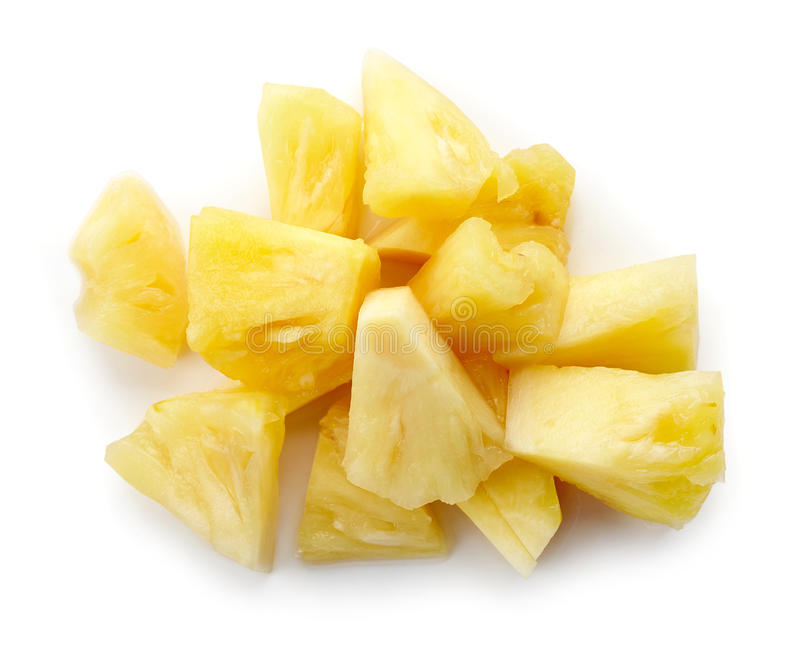 Ingeblikte die ananasbrokken op wit, hierboven worden geïsoleerd van stock afbeeldingen
