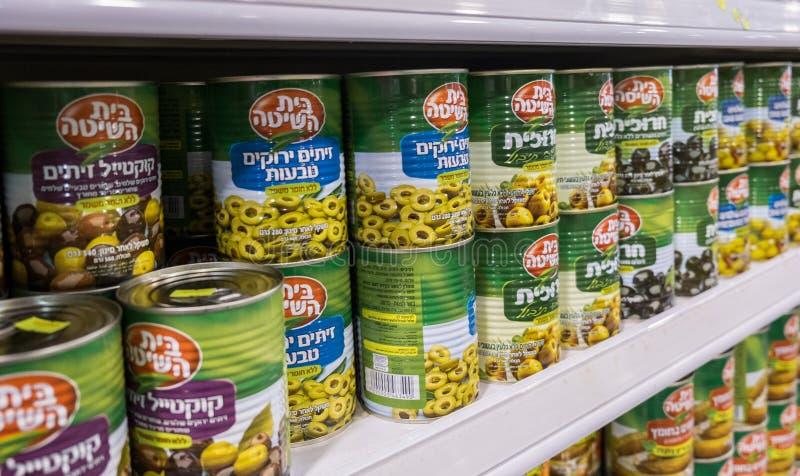 Ingeblikte gesneden olijven voor verkoop bij Israëlische voedselsupermarkt stock afbeeldingen