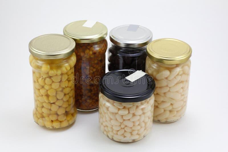 Ingeblikte groenten in glaskruiken stock afbeelding