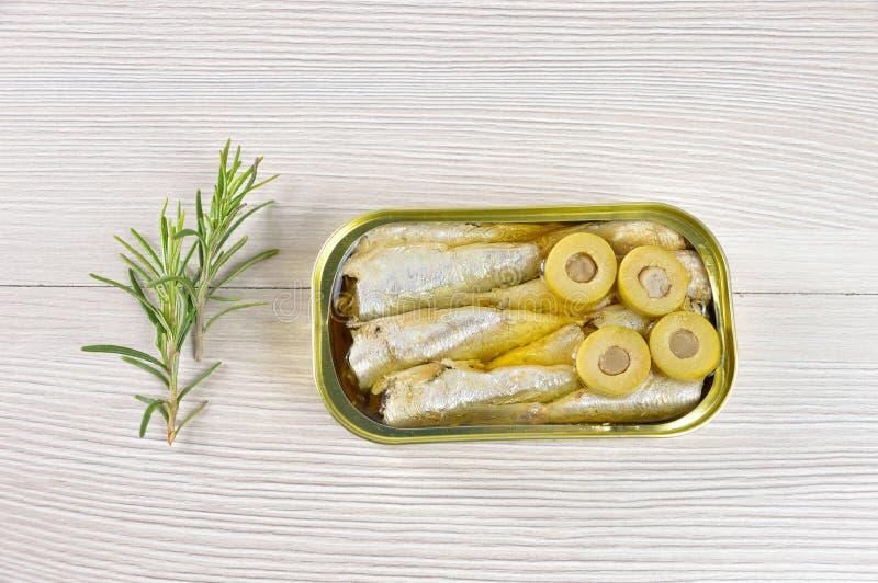 Ingeblikte makreel met olijven royalty-vrije stock afbeelding
