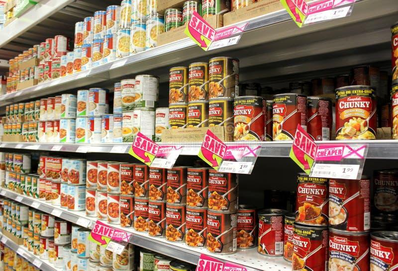 Ingeblikte voedingsmiddelen in supermarkt stock afbeeldingen