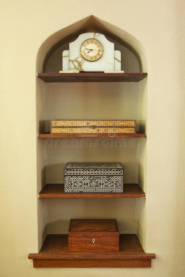 Ingebouwde Plank met Decoratie stock afbeeldingen