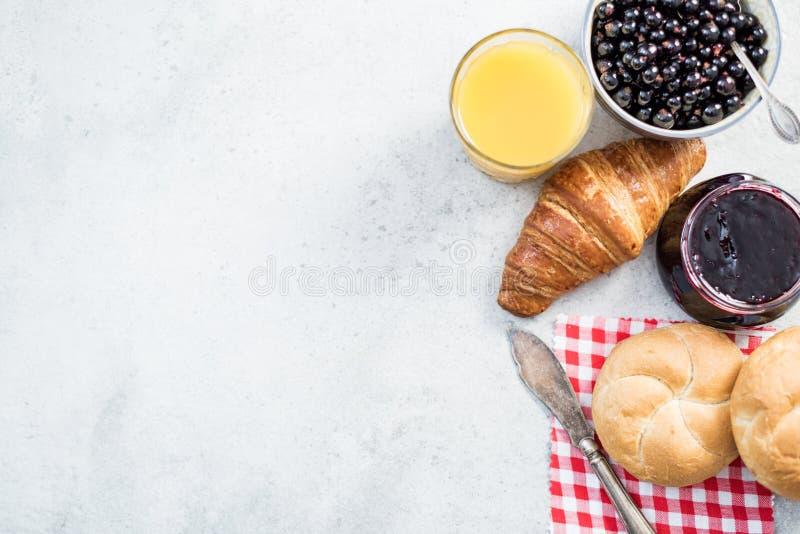 Ingedients sains de petit déjeuner sur l'ardoise concrète images stock