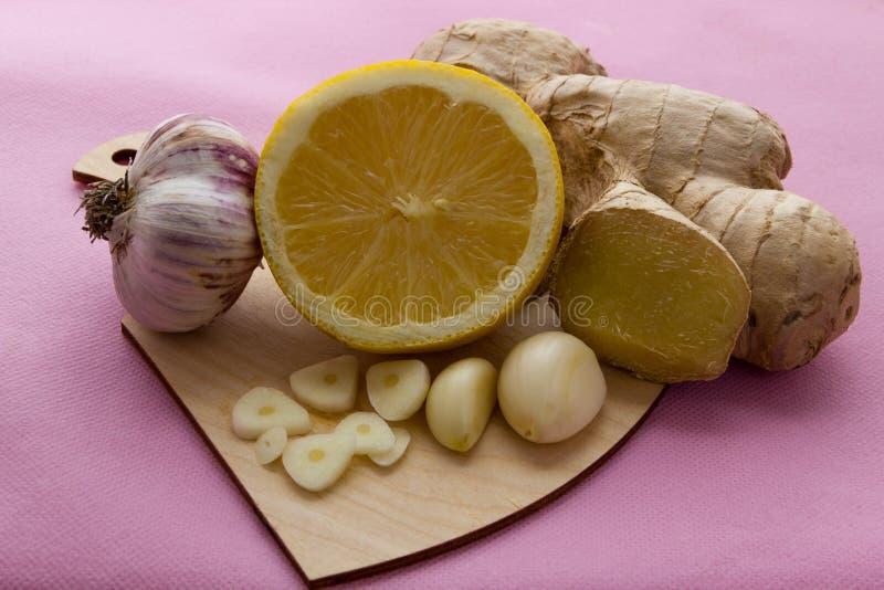 Ingefära, citron, och ny och sund mat för vitlök, begrepp för naturlig medicin royaltyfri bild