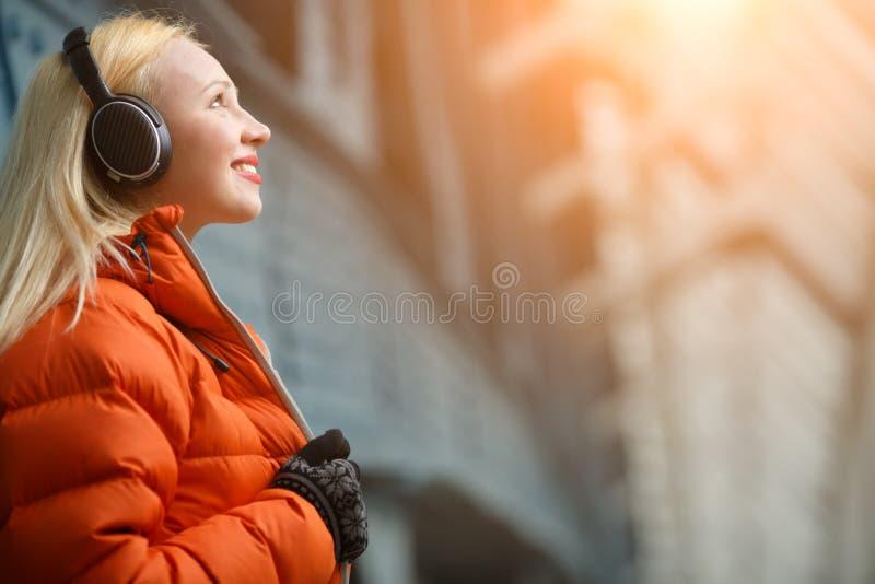 Ingefära i lyssnande musik för omslag royaltyfria foton
