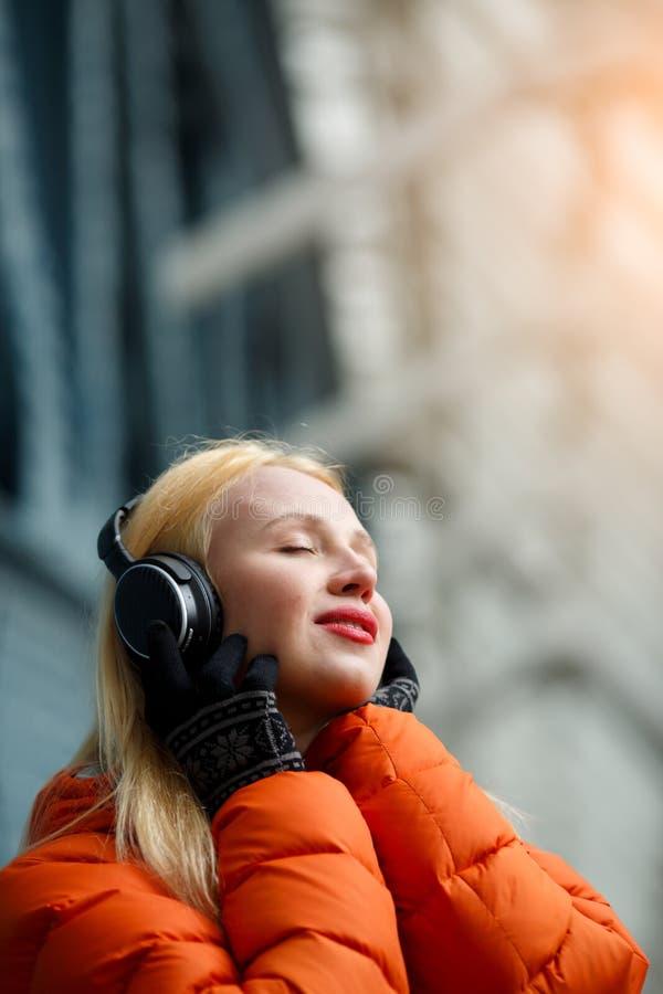 Ingefära med lyssnande musik för hörlurar royaltyfri foto
