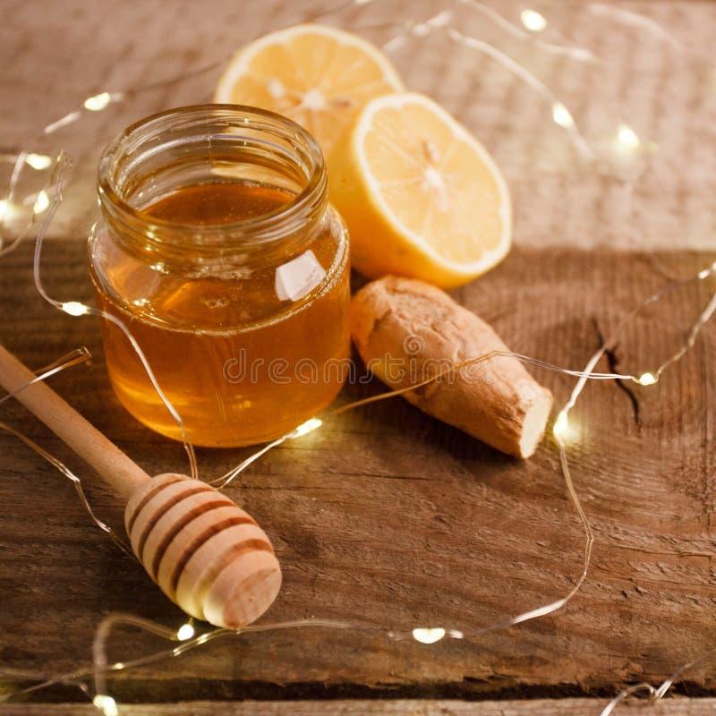 Ingefäran, honung och citronen, begreppet av naturlig medicin, semestrar girlanden, hemtrevligt hem- begrepp för vinter royaltyfri foto