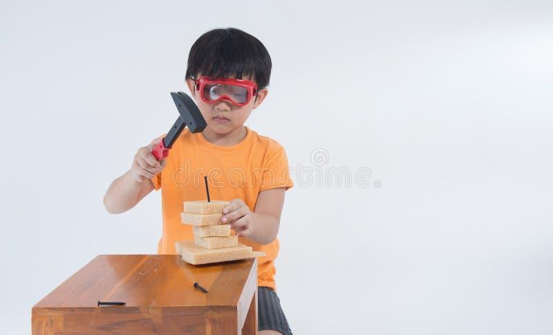 Ingegnere asiatico del gioco del ragazzo immagine stock libera da diritti