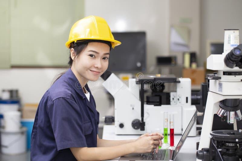 Ingegnere asiatico della donna che effettua prova chimica in laboratorio fotografia stock libera da diritti