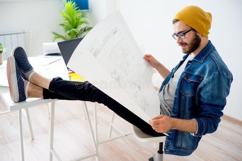 Ingegnere che crea un progetto immagine stock
