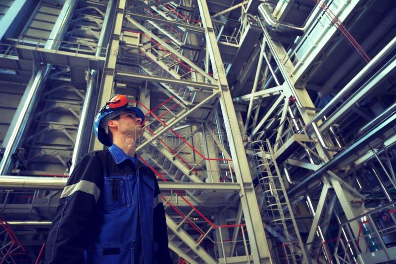 Ingegnere che lavora nell'interno di industriale Foto tonificata in retro fotografia stock
