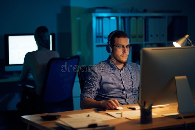 Ingegnere che lavora tardi fotografia stock libera da diritti