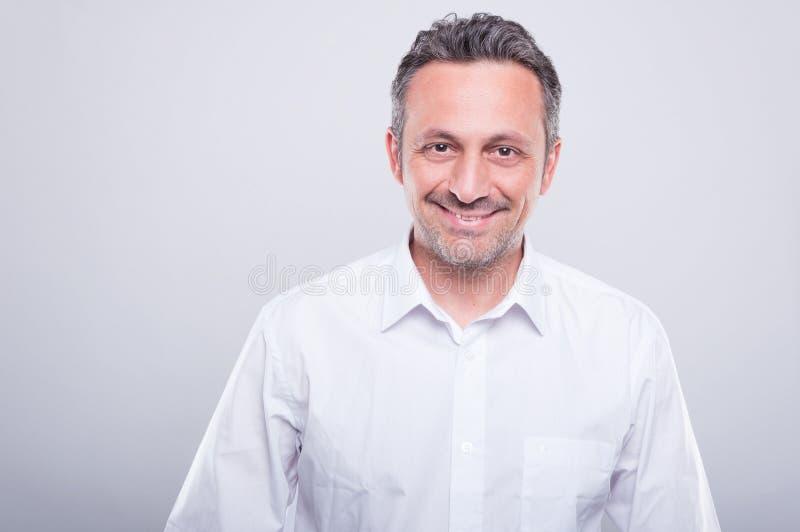 Ingegnere che posa camicia bianca d'uso e sorridere immagine stock