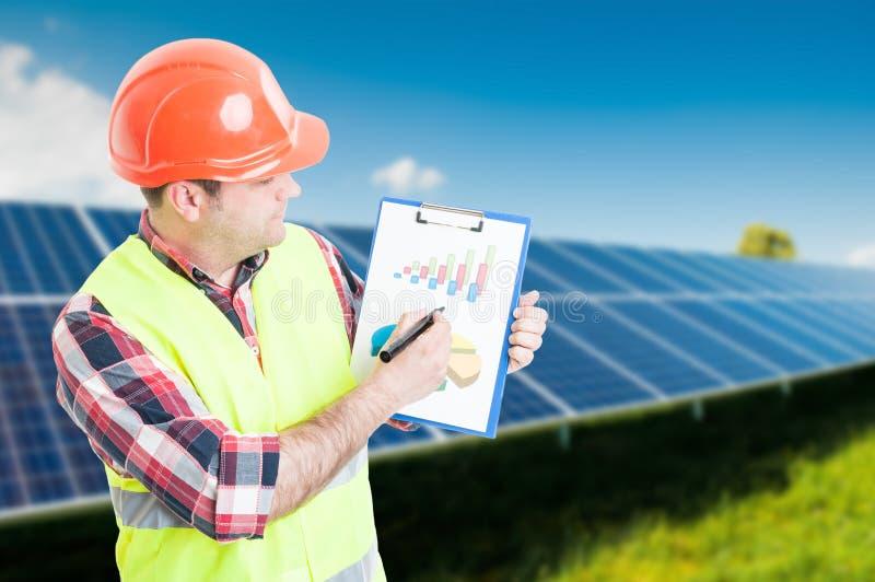 Ingegnere con competenza nell'energia rinnovabile fotografia stock libera da diritti