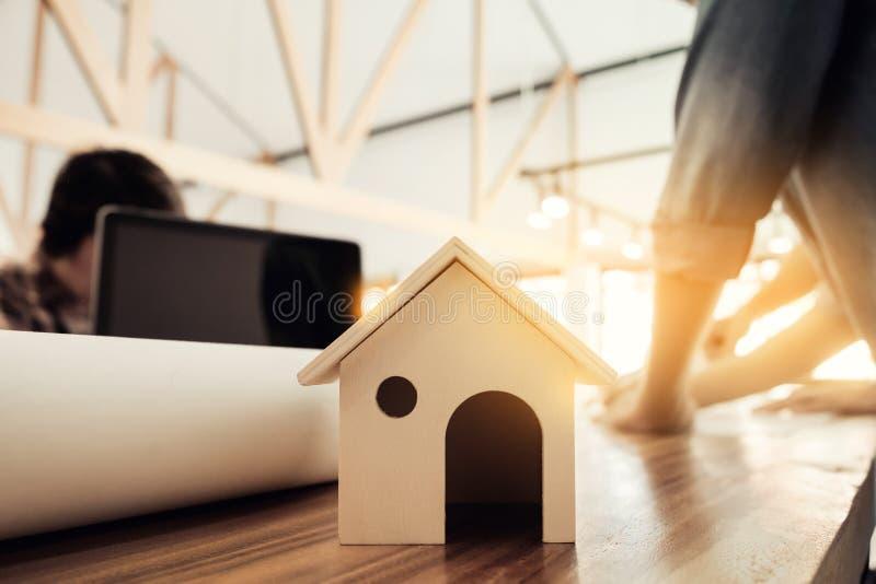 Ingegnere dell'architetto che inizia tiraggio un modello della casa sul DES fotografia stock
