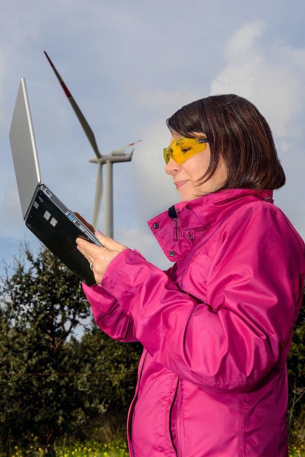 Ingegnere della donna che controlla i generatori eolici immagine stock libera da diritti