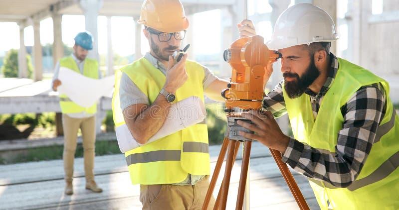 Ingegnere ed architetto che lavorano al cantiere con il modello fotografie stock libere da diritti