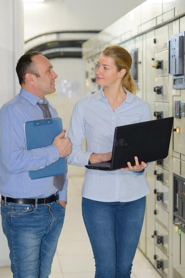 Ingegnere femminile admin della rete al centro dati immagini stock