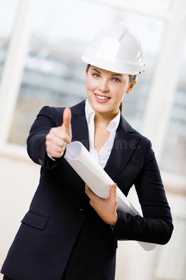Ingegnere femminile con i pollici del modello su immagini stock libere da diritti