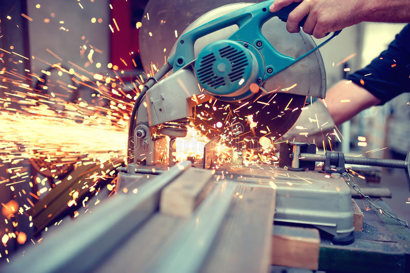 Ingegnere industriale che lavora a tagliare un metallo e un acciaio fotografia stock