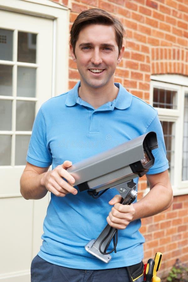 Ingegnere Installing Security Camera immagine stock