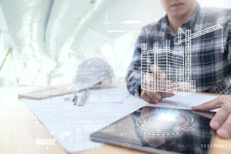 Ingegnere o architetto che esamina e che tocca interfaccia con tecnologia virtuale di realtà di progettazione della costruzione s fotografia stock