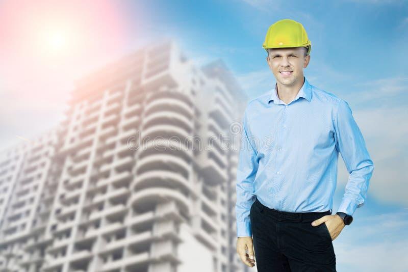 Ingegnere o lavoratore che indossa un casco protettivo immagine stock