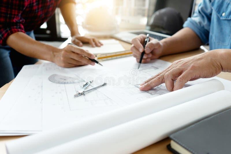 ingegnere o progetto, organizzazione di due o architetto architettonica fotografia stock