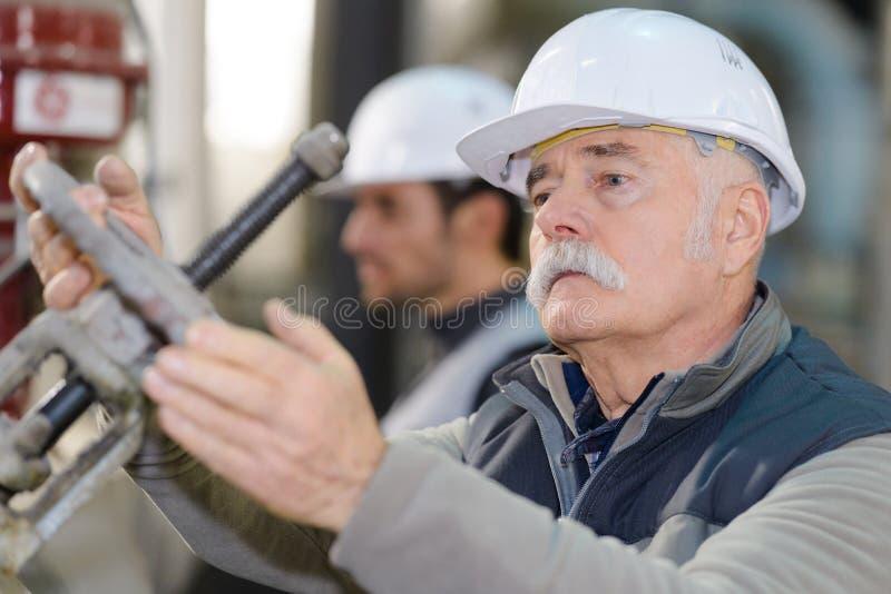 Ingegnere senior che wotking nella fabbrica industriale immagine stock