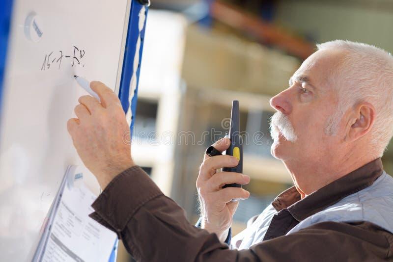 Ingegnere sul walkie-talkie fotografia stock libera da diritti