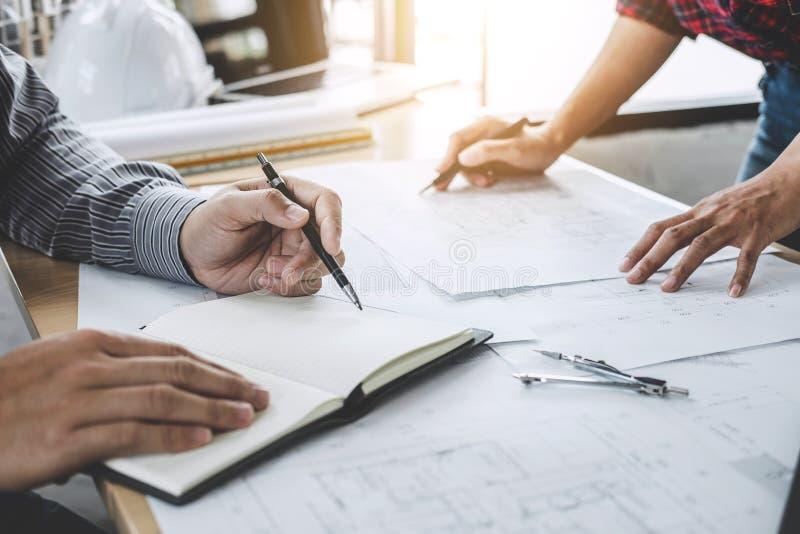 Ingegnere Teamwork Meeting di architettura, disegno e funzionamento per immagine stock libera da diritti
