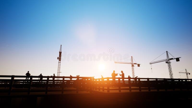 Ingegneri di costruzione negli schemi di discussione con i lavoratori e la siluetta royalty illustrazione gratis