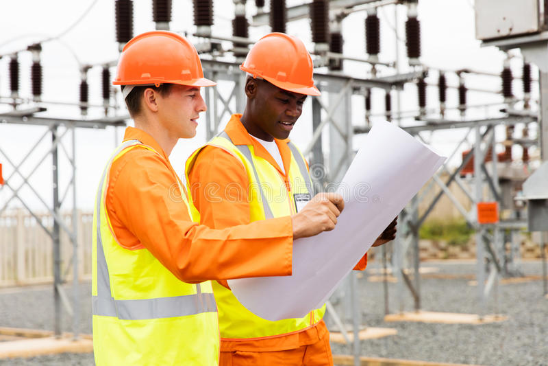 Ingegneri elettrici che discutono modello fotografie stock