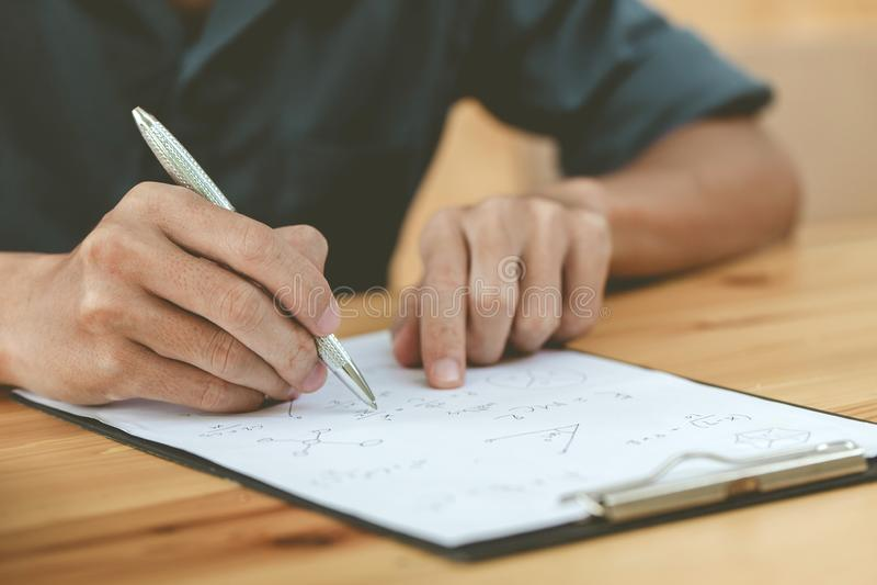 Ingegneri facendo uso di una penna fotografia stock libera da diritti