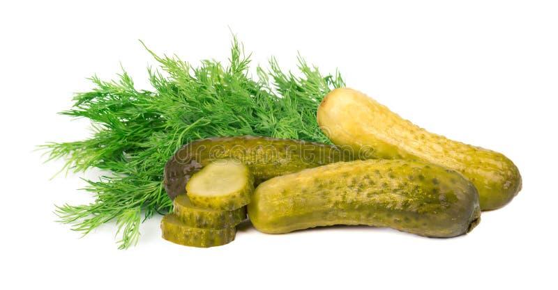 Ingelegde die komkommers met dille op witte achtergrond wordt geïsoleerd Gemarineerde ingelegde geïsoleerde komkommer close-up stock afbeeldingen