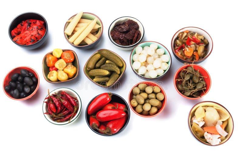 Ingelegde komkommer, ui, olijven en groenten stock fotografie