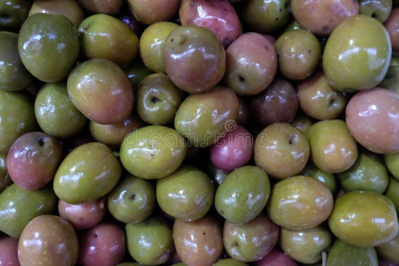 Ingelegde olijven als achtergrond close-up stock foto's