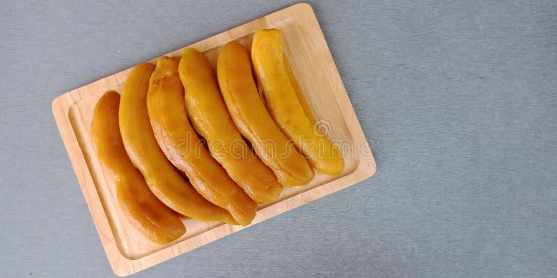 Ingelegde tamarinde: bewaard zoet tamarindefruit op grijze achtergrond royalty-vrije stock afbeelding