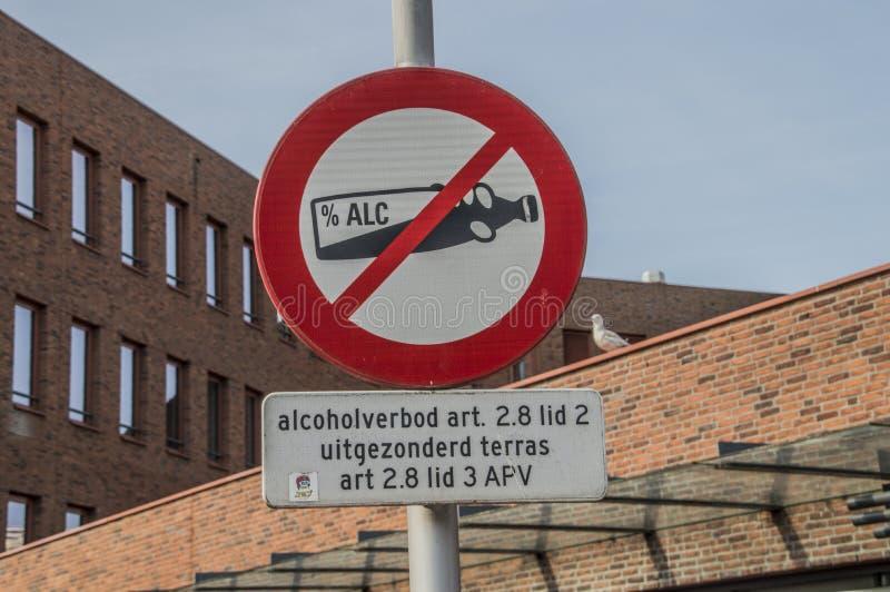 Ingen alkohol som dricker det tillåtna tecknet på de Bijlmer Amsterdam sydost Nederländerna arkivfoton