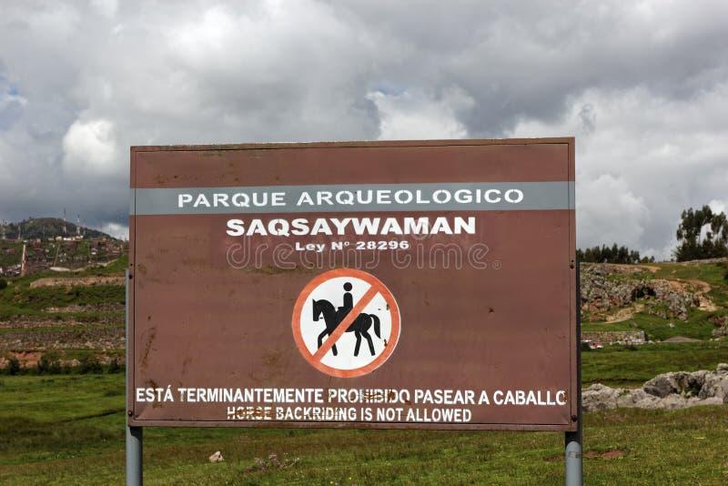 Ingen hästryggridning undertecknar in Saksaywaman i Cusco i Peru royaltyfri fotografi