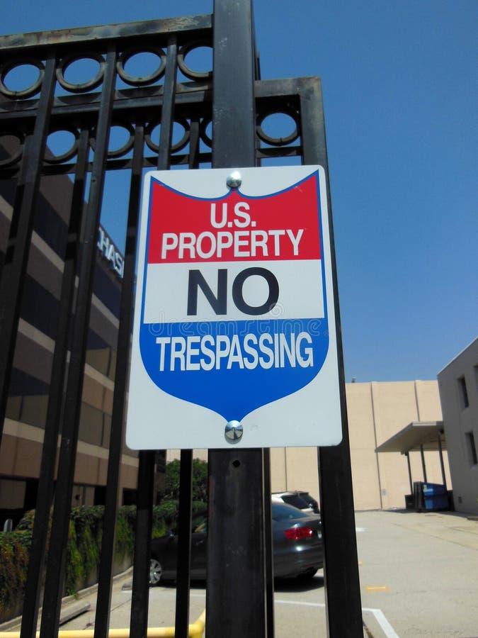 Ingen inkräkta Signage för U S egenskap royaltyfria foton