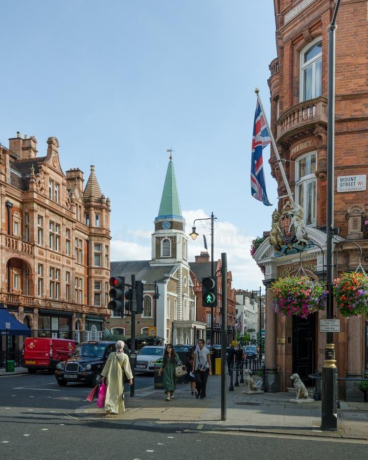 Ingen Krogen för 7 marknad i det Mayfair området av London drar en folkmassa på en pank fredagskväll arkivbilder