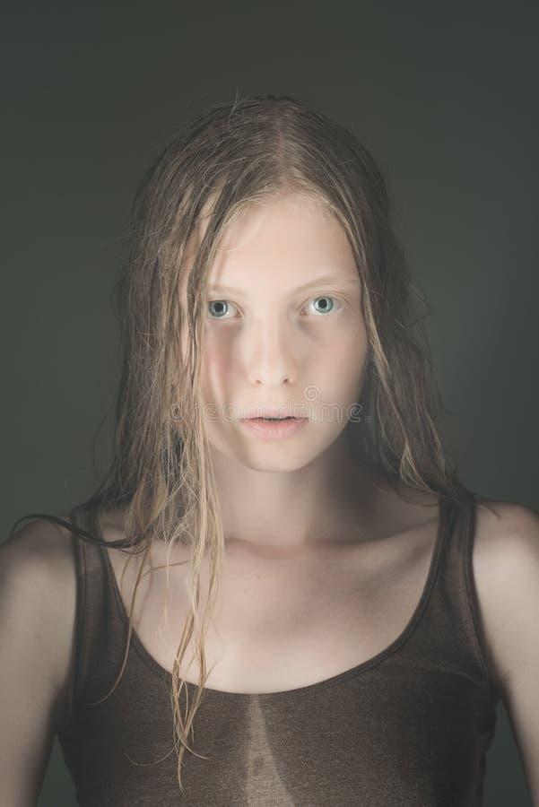 Ingen makeupkvinna med naturlig skönhetblick Ingen makeupflicka med vit hud arkivfoto
